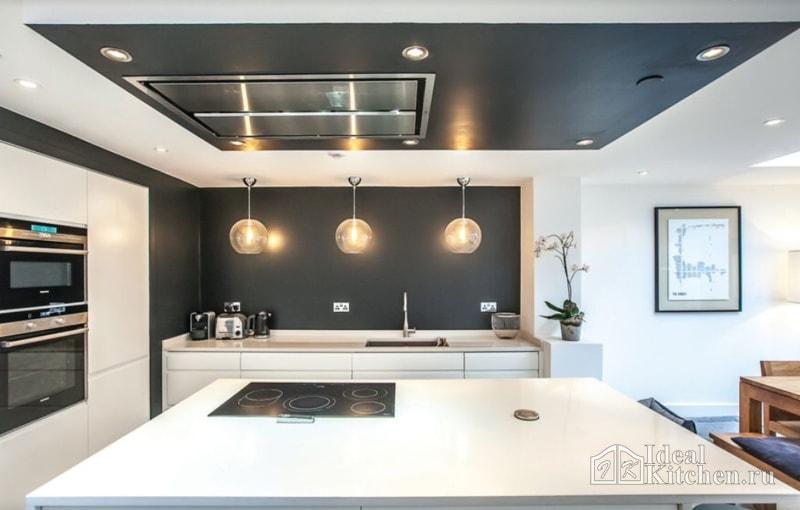 кухня с черным потолком и акцентной стеной
