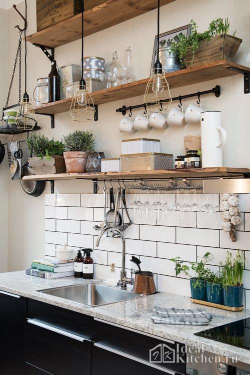 деревянные детали в оформлении черно-белой кухни