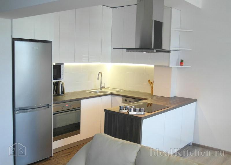 белая современная кухня в студии