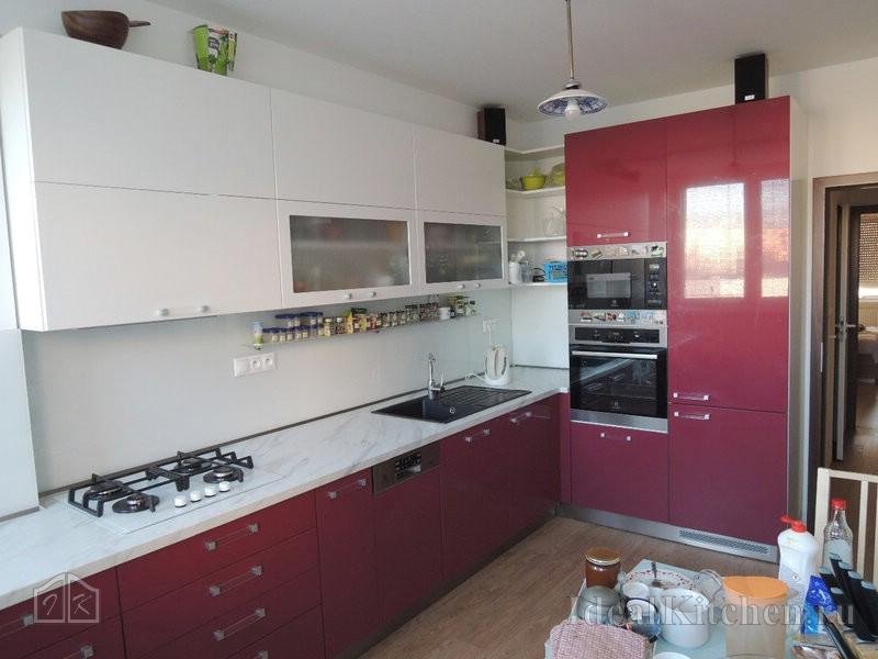 яркий кухонный гарнитур для современной кухни
