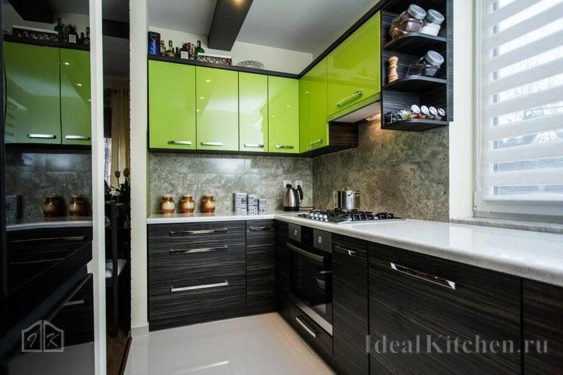 небольшая кухня в современном стиле с зелеными фасадами