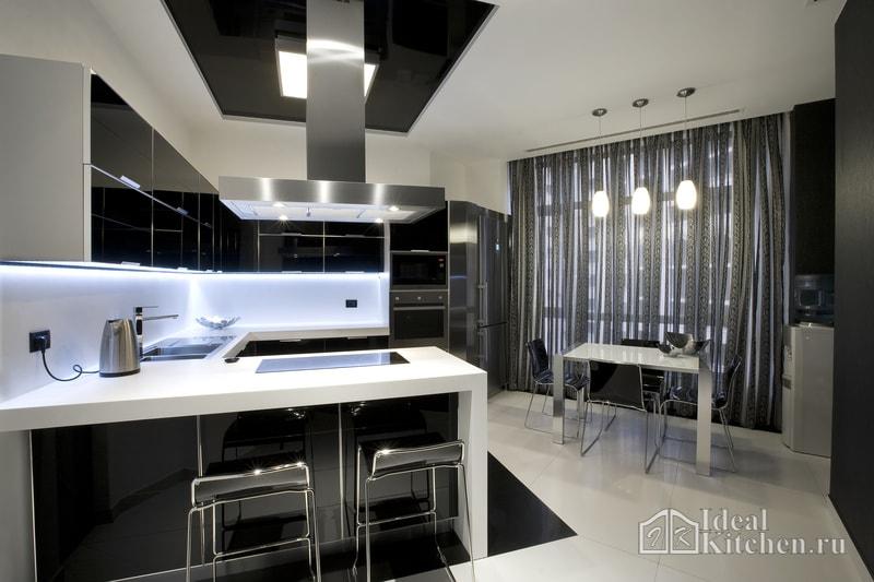 пример кухни с барной стойкой и черным потолком в стиле хай-тек
