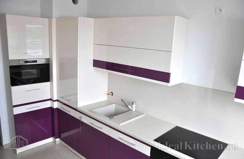 глянцевая бело-фиолетовая кухня в современном стиле