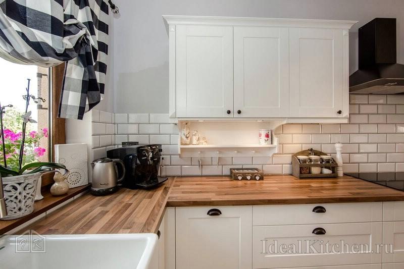 белая кухня с деревянной столешницей 165 фото в интерьере