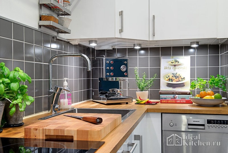 маленькая белая кухня с деревянной столешницей в скандинавском стиле